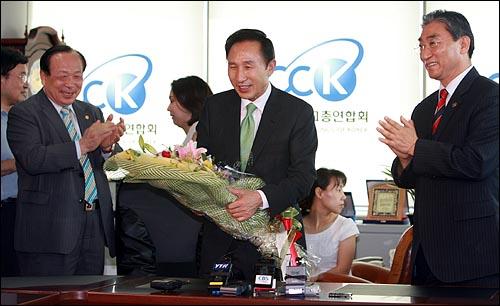서울 연지동 한국기독교총연합회 사무실을 방문한 이명박 한나라당 대통령 후보가 꽃다발을 받고 밝게 웃고 있다. 서울 연지동 한국기독교총연합회 사무실을 방문한 이명박 한나라당 대통령 후보가 꽃다발을 받고 밝게 웃고 있다.